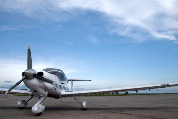 Cielo azul y aviones en la pista