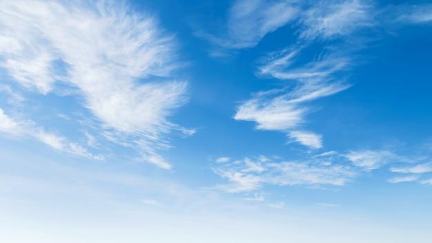 Cielo azul con blanco nublado