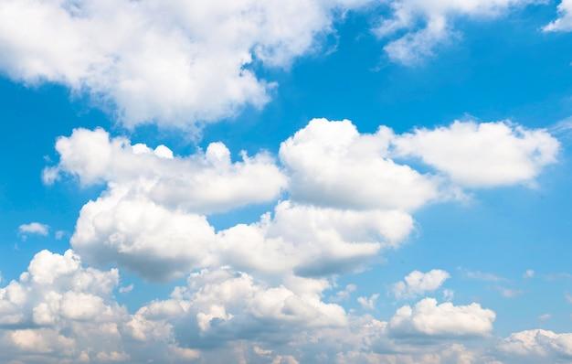 Cielo azul brillante