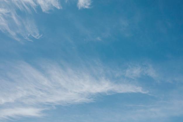 Cielo azul claro durante el día.