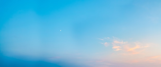 Cielo azul claro con luna en la capa de ozono de la tarde del planeta plano amplio de nubes en el cielo en ...