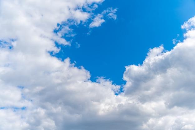 Cielo azul claro con nubes blancas, espacio de copia