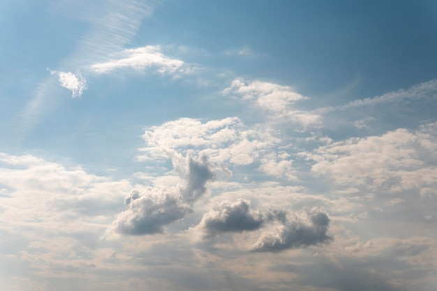 Cielo azul degradado con nubes blancas