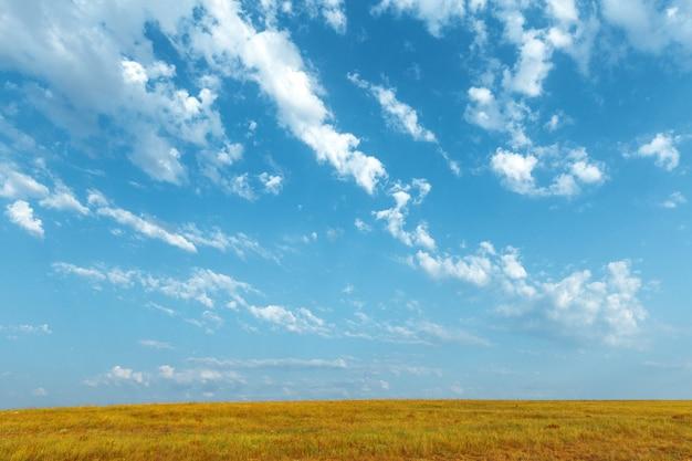 Cielo azul y hermosa nube. fondo del paisaje llano