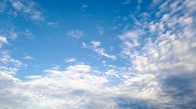 Cielo azul con hermosas nubes blancas naturales