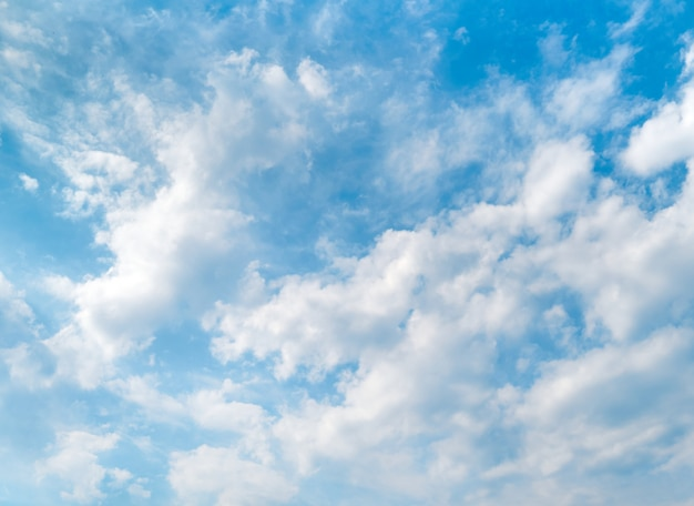 Cielo azul y hermosas nubes blancas.