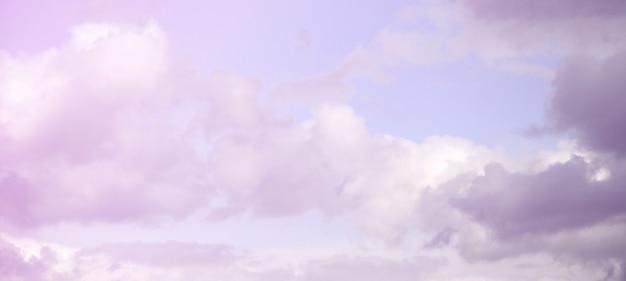 Un cielo azul con muchas nubes blancas de diferentes tamaños.