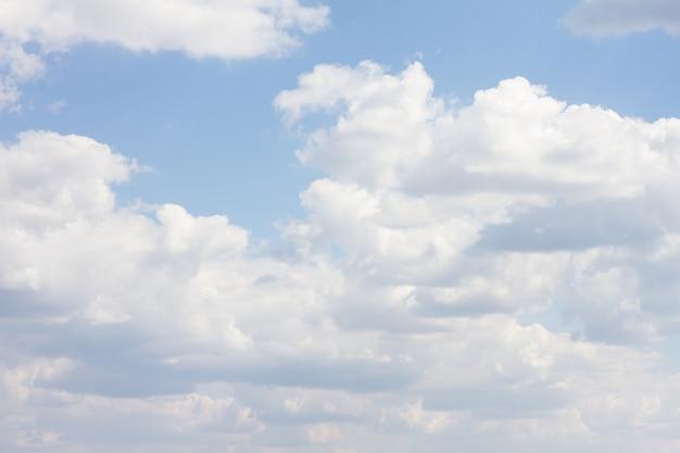Cielo azul con muchas nubes. fondo limpio natural con espacio de copia