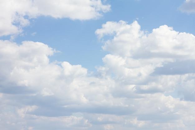 Cielo azul con muchas nubes. limpieza natural