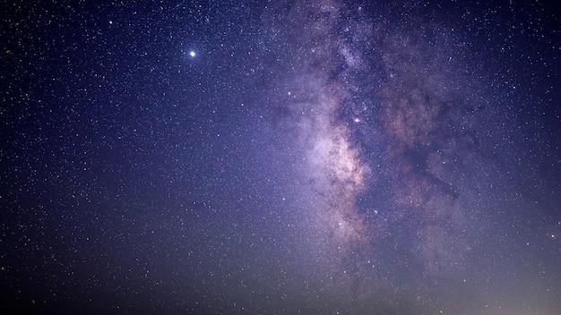 Cielo azul y negro con estrellas