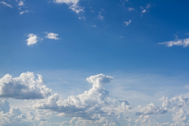 Cielo azul con nube blanca