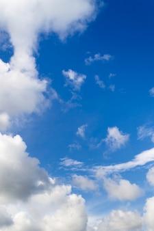 Cielo azul y nubes blancas en círculo.