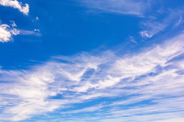 Cielo azul con nubes blancas, día soleado nublado