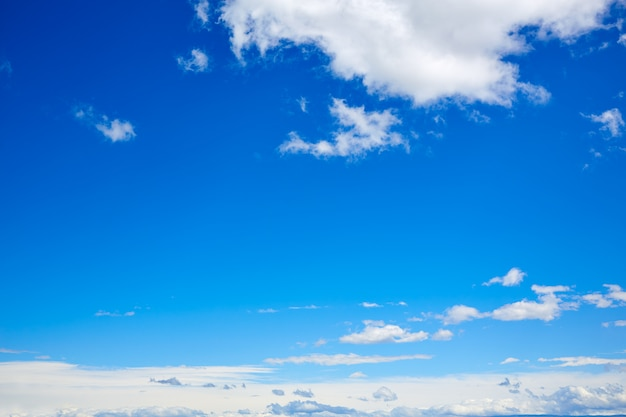Cielo azul con nubes blancas en un día de verano