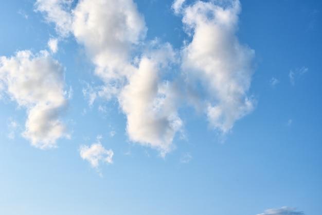 Cielo azul con nubes blancas, fondo abstracto