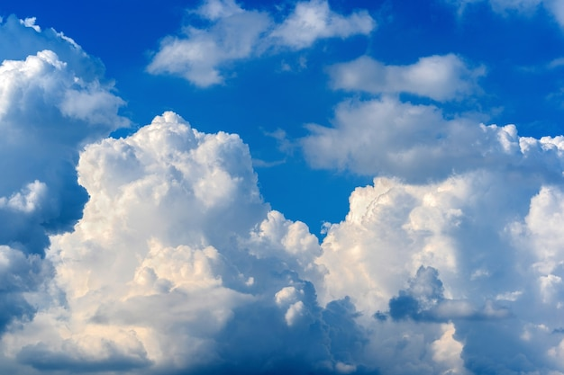 Cielo azul con nubes blancas. fondo de cielo.