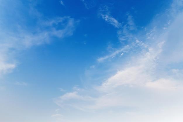 Cielo azul con nubes blancas en la luz de la mañana