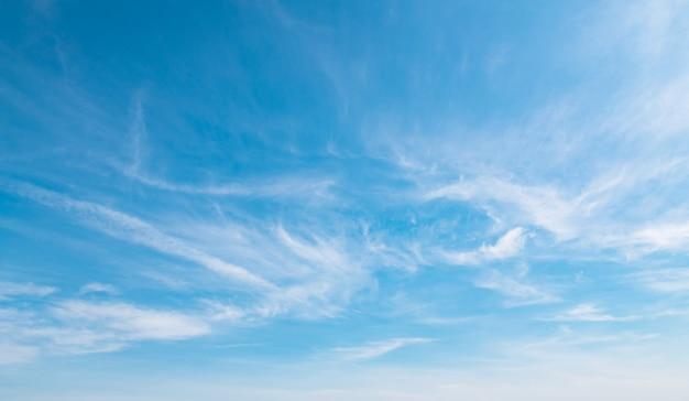 Cielo azul con nubes blancas suaves
