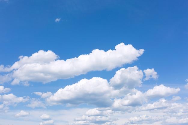 Cielo azul con nubes blancas.