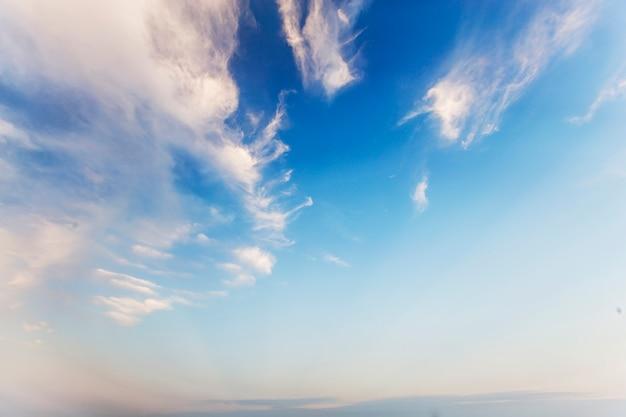 Cielo azul y nubes blancas