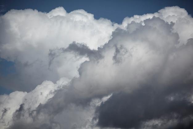 Cielo azul con nubes de cerca