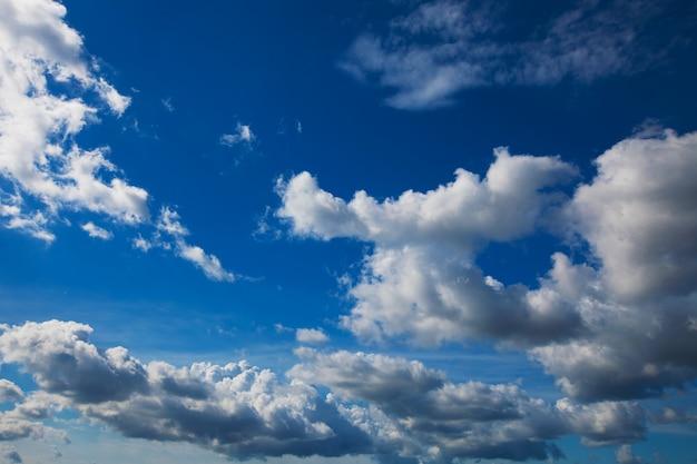 Cielo azul con nubes closeup