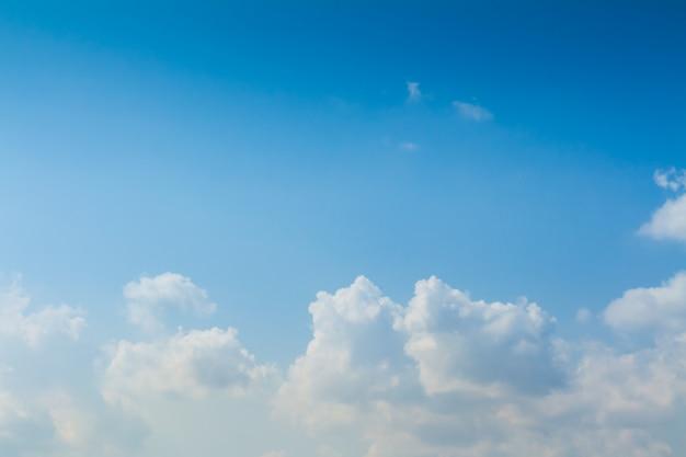 Cielo azul y nubes en días de buen tiempo