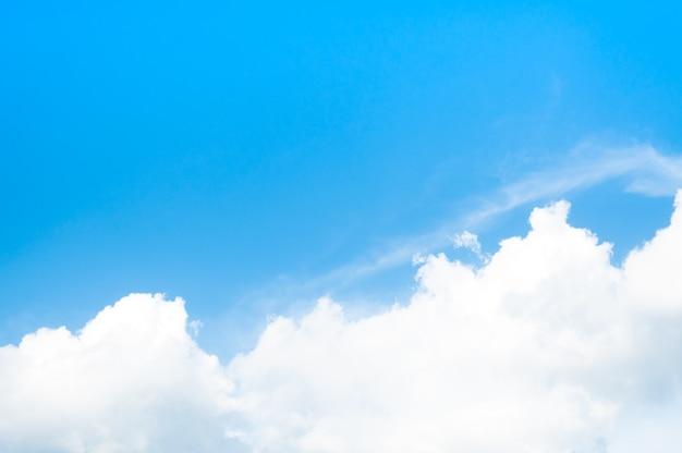 Cielo azul con nubes con luz del día de fondo
