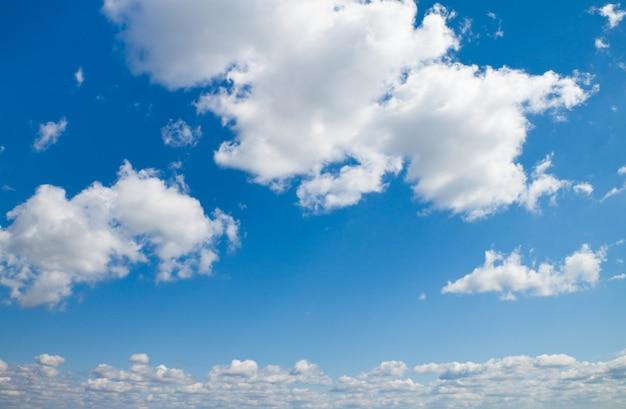 Cielo azul y nubes, se puede utilizar como superficie.