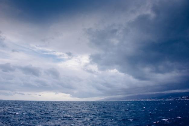 Cielo azul con nubes sobre el mar mediterráneo