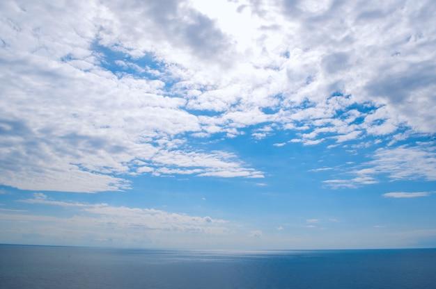 Cielo azul con nubes sobre el mar