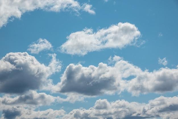 Cielo azul con nubes y sol closeup
