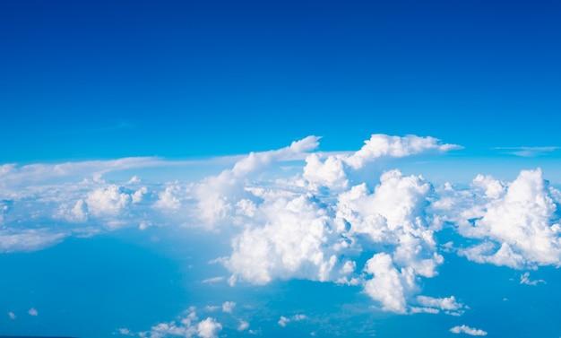 Cielo azul con nubes y sol en vista de avión.