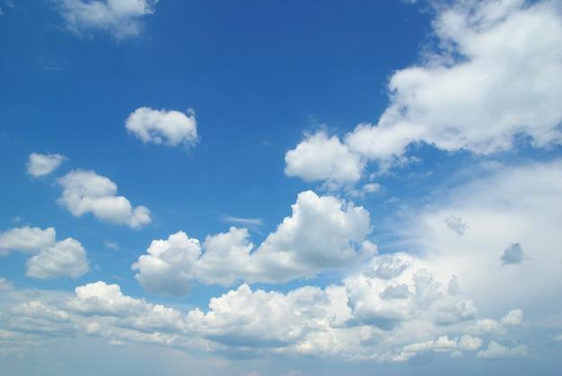 Cielo azul con nubes y sol