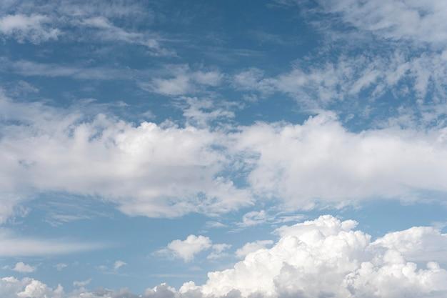 Cielo azul con nubes ventosas tiro horizontal