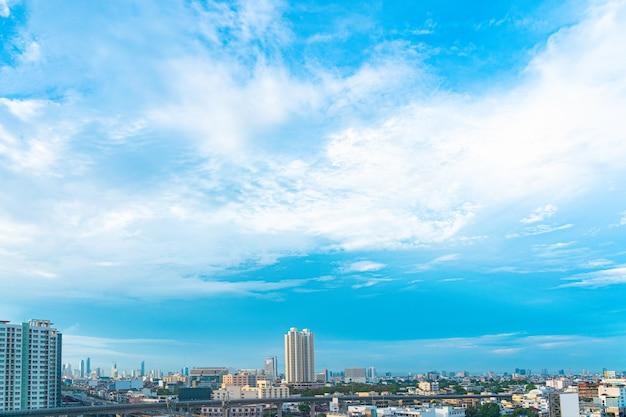 Cielo azul y nubes con vista al centro de la ciudad en bangkok tailandia