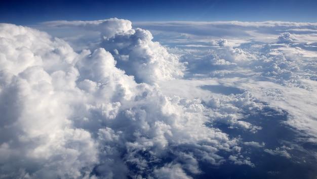 Cielo azul nubes vista desde avión de avión