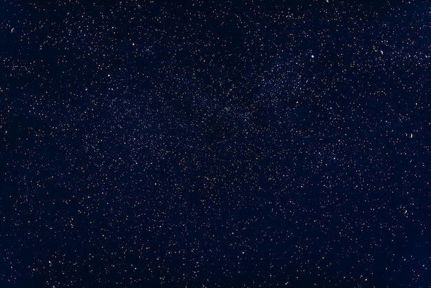 Cielo azul oscuro estrellado