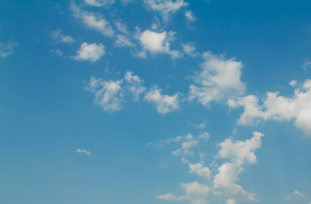 Cielo azul con el sol y las nubes hermosas
