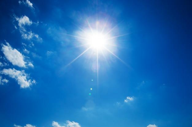 Cielo azul y sol
