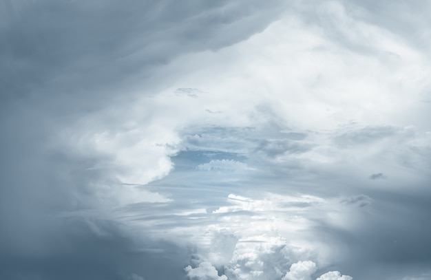 Cielo cielo y nubes blancas. trasfondo religioso espiritual.