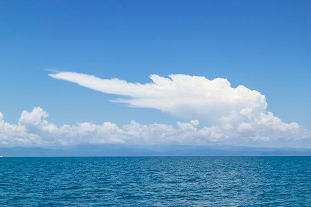 Cielo claro con la nube enorme sobre el mar en koh mak en trat, tailandia.