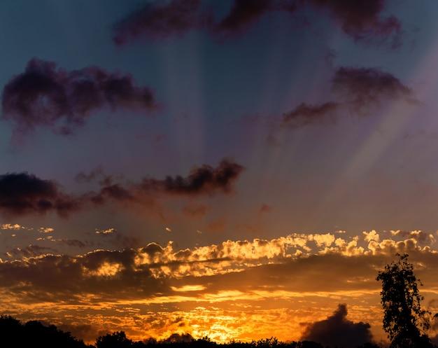 Cielo, colores azul brillante, naranja y amarillo puesta de sol.