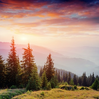 Cielo colorido al atardecer en las montañas. fantástico cúmulo