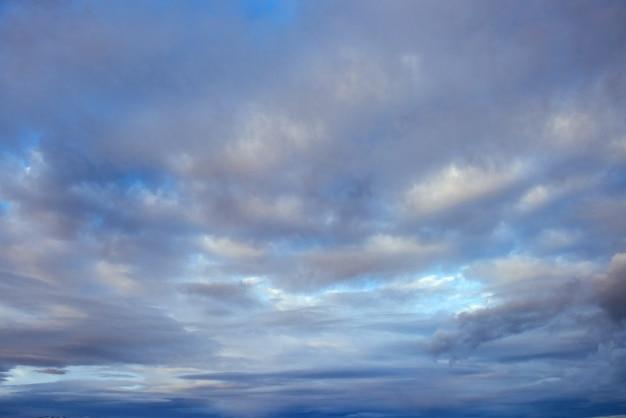 Cielo colorido con fondo de sol en las montañas. atardecer amanecer