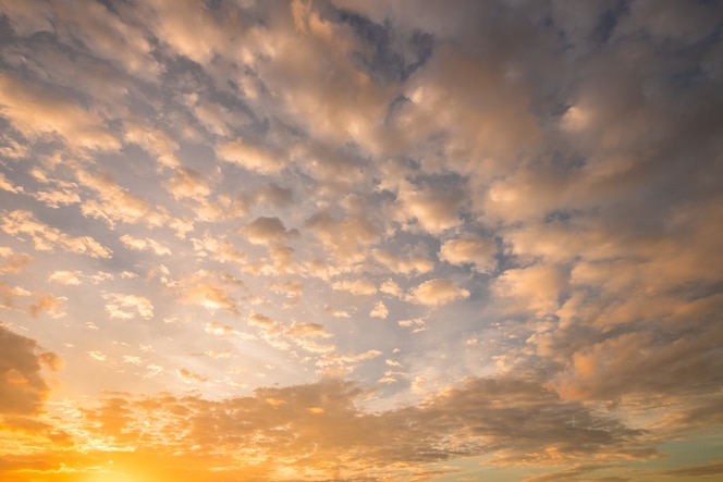 Cielo crepuscular dramático de la puesta del sol y de la salida del sol del amanecer de la nube fantástica hermosa del cielo.