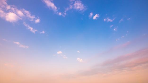 Cielo despejado y al atardecer con nubes en verano