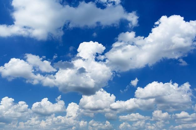 Cielo diurno con cúmulos