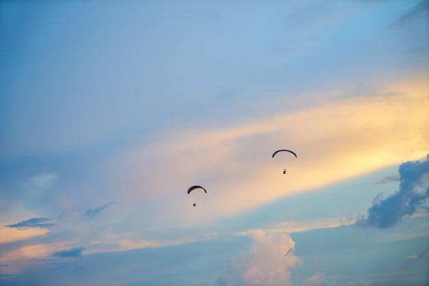 Cielo con dos personas en paracaídas