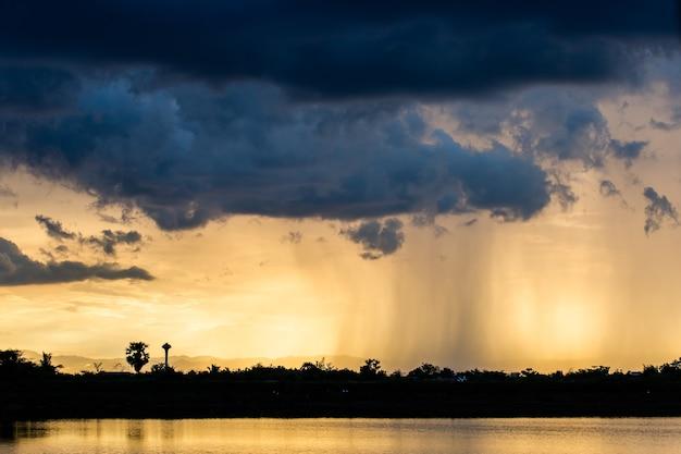 Cielo dramático colorido con la nube en la puesta del sol.